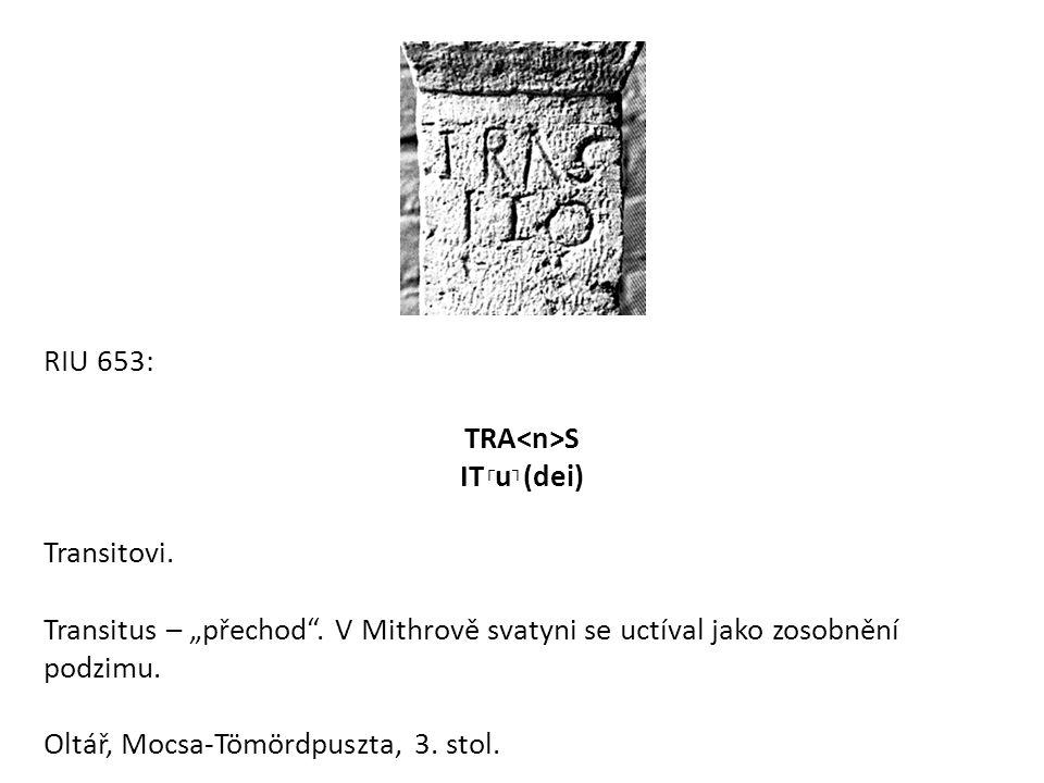 """RIU 653: TRA S IT ┌ u ┐ (dei) Transitovi. Transitus – """"přechod"""". V Mithrově svatyni se uctíval jako zosobnění podzimu. Oltář, Mocsa-Tömördpuszta, 3. s"""