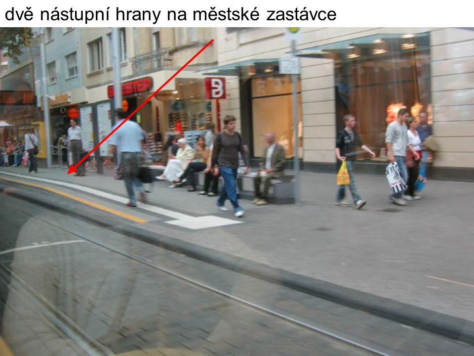 dvě nástupní hrany na městské zastávce