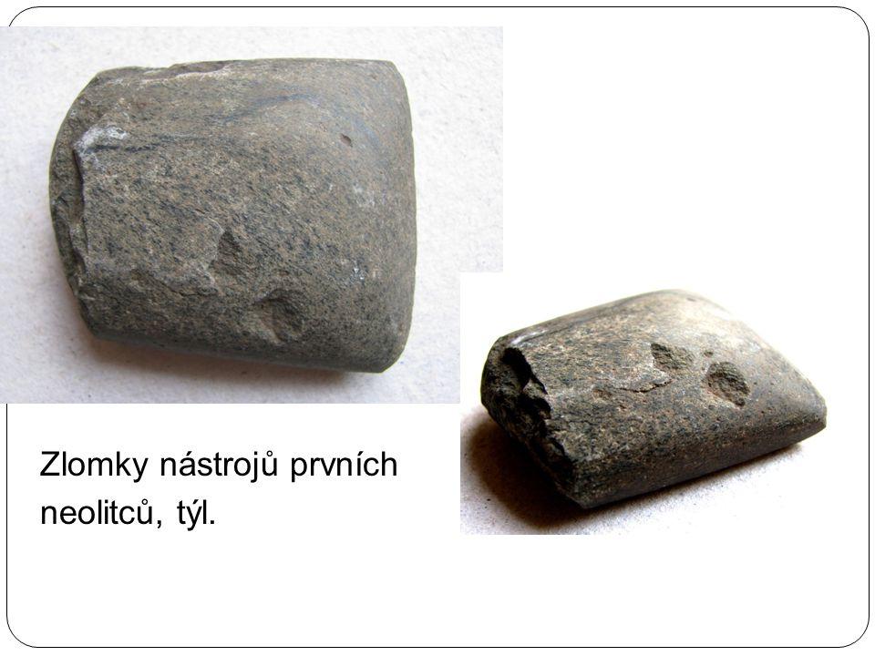 Zlomky nástrojů prvních neolitců, týl.