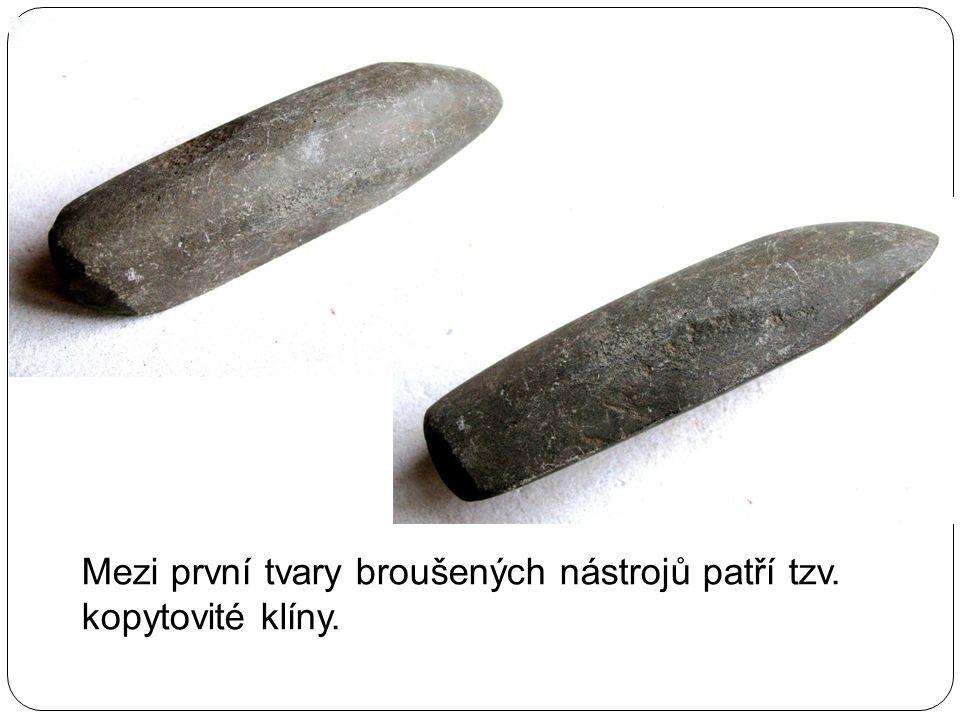 Mezi první tvary broušených nástrojů patří tzv. kopytovité klíny.