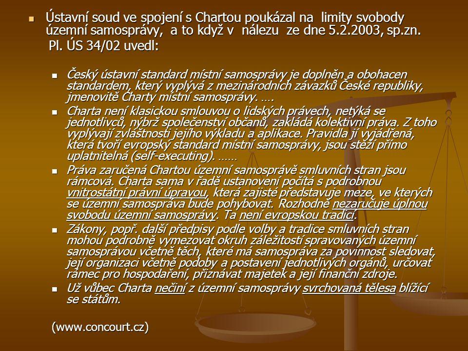 . Ústavní soud ve spojení s Chartou poukázal na limity svobody územní samosprávy, a to když v nálezu ze dne 5.2.2003, sp.zn. Ústavní soud ve spojení s