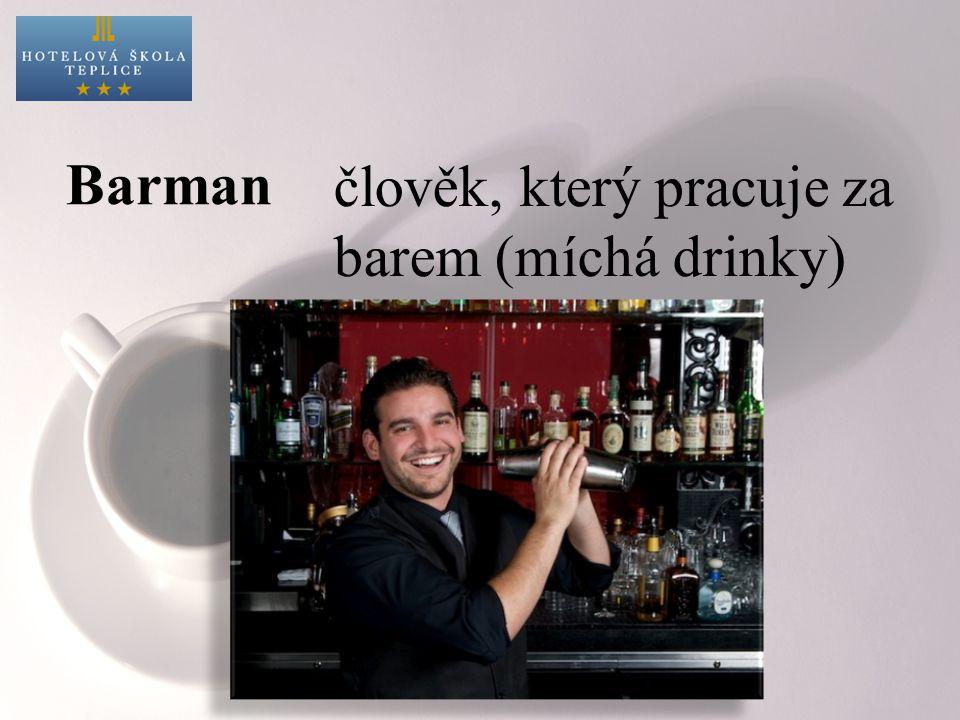 Barman člověk, který pracuje za barem (míchá drinky)