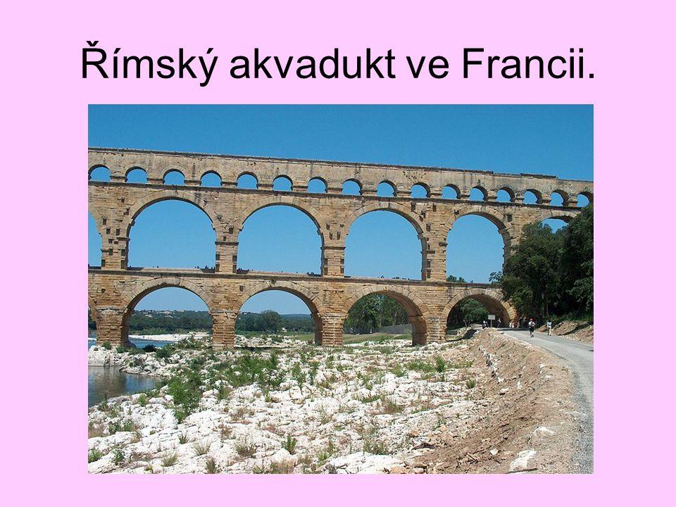 Římský akvadukt ve Francii.