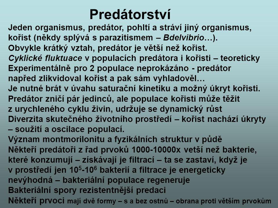 Predátorství Jeden organismus, predátor, pohltí a stráví jiný organismus, kořist (někdy splývá s parazitismem – Bdelvibrio…). Obvykle krátký vztah, pr