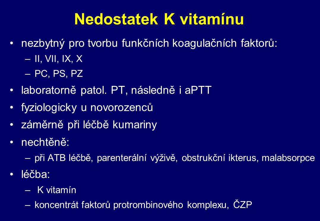 Nedostatek K vitamínu nezbytný pro tvorbu funkčních koagulačních faktorů: –II, VII, IX, X –PC, PS, PZ laboratorně patol. PT, následně i aPTT fyziologi