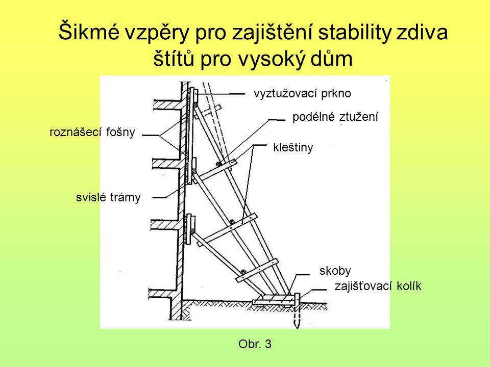 Šikmé vzpěry pro zajištění stability zdiva štítů pro vysoký dům Obr. 4 skoby zajišťovací kolík kleštiny podélné ztužení vyztužovací prkno roznášecí fo