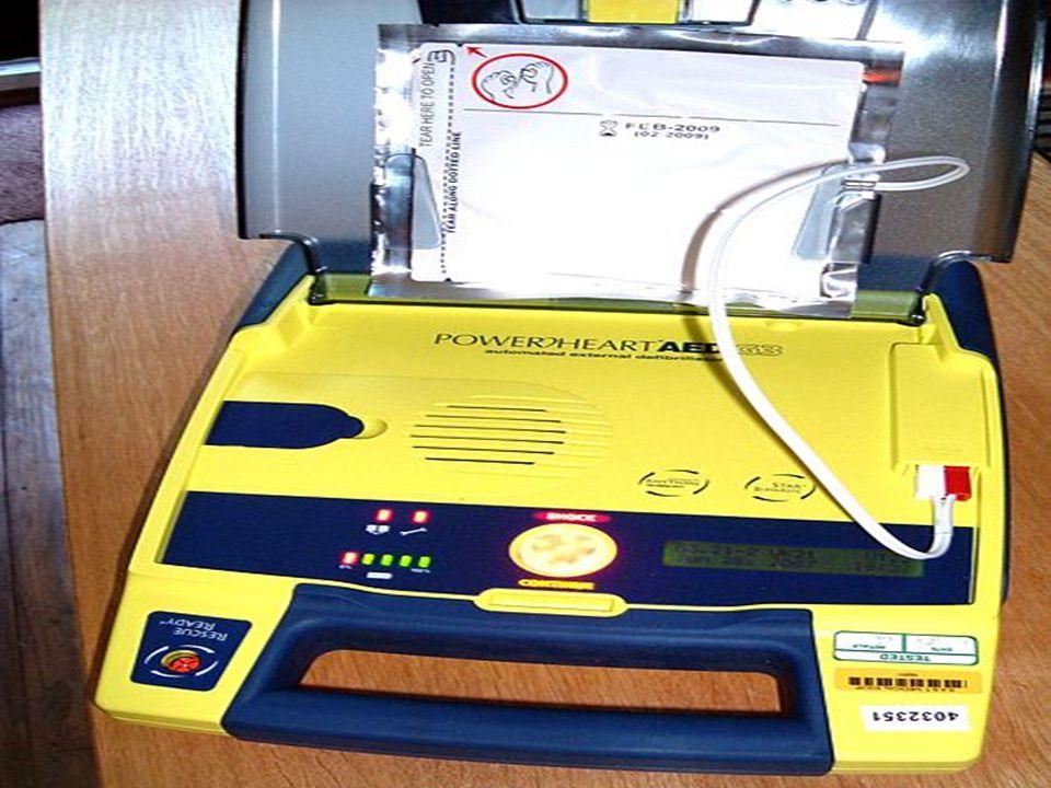Automatizované externí defibrilátory (AED) Přibližně 40 % všech srdečních zástav je provázeno ventrikulární fibrilací či tachykardií. Přivolaný lékař