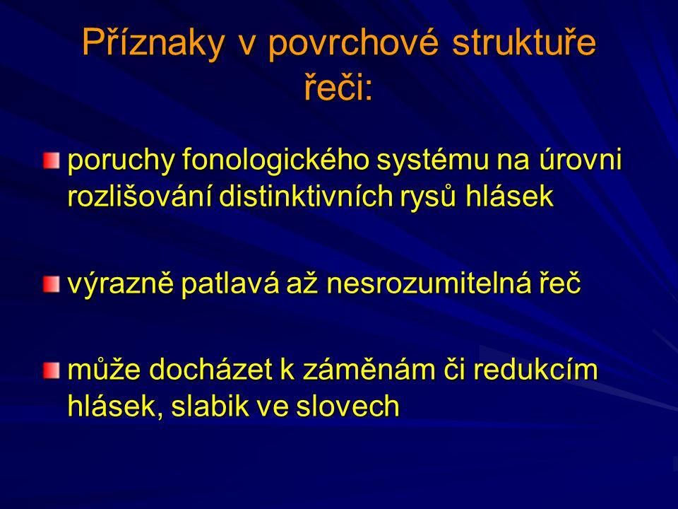 Příznaky v povrchové struktuře řeči: poruchy fonologického systému na úrovni rozlišování distinktivních rysů hlásek výrazně patlavá až nesrozumitelná řeč může docházet k záměnám či redukcím hlásek, slabik ve slovech