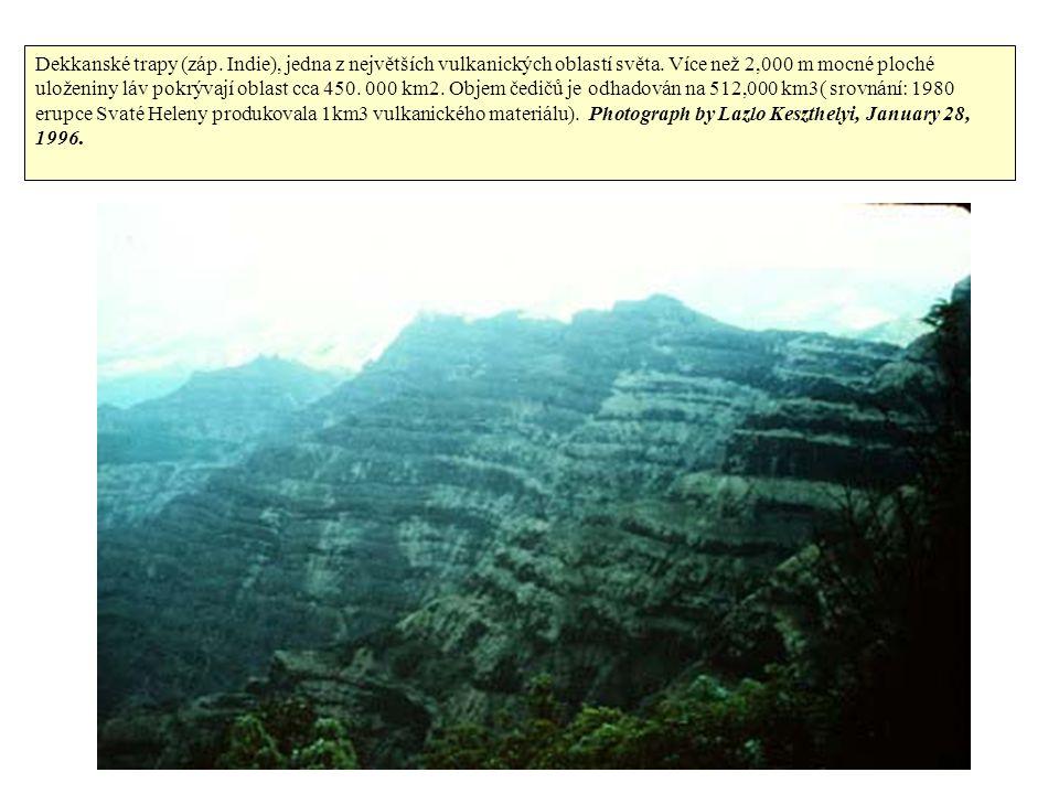 Dekkanské trapy (záp. Indie), jedna z největších vulkanických oblastí světa. Více než 2,000 m mocné ploché uloženiny láv pokrývají oblast cca 450. 000
