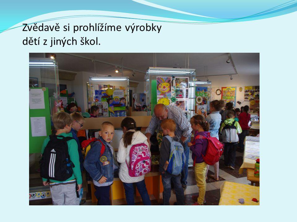 Zvědavě si prohlížíme výrobky dětí z jiných škol.