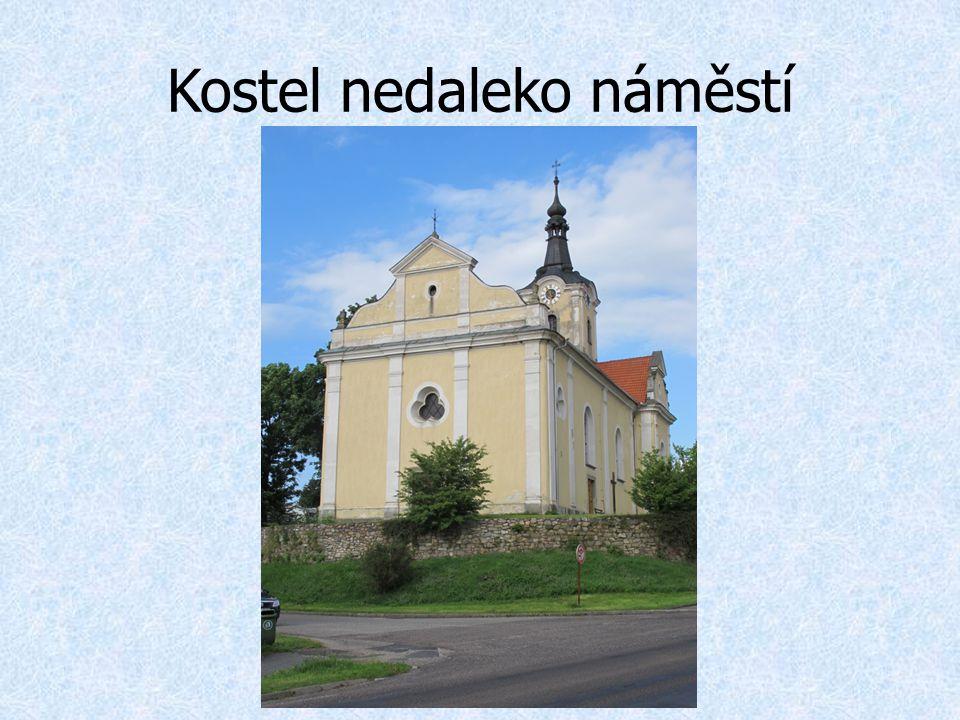 Kostel nedaleko náměstí