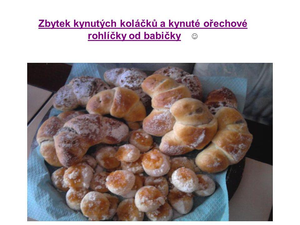 Zbytek kynutých koláčků a kynuté ořechové rohlíčky od babičky