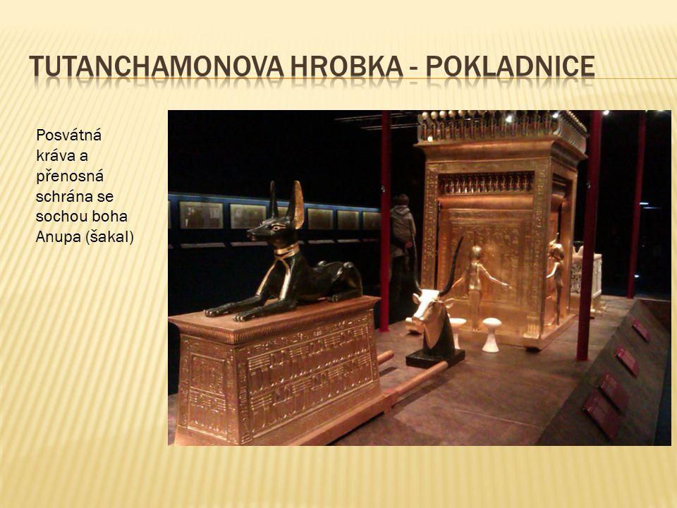 Posvátná kráva a přenosná schrána se sochou boha Anupa (šakal)
