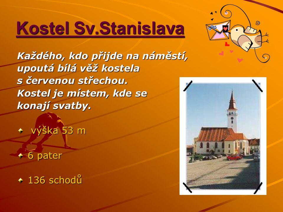 Kostel Sv.Stanislava Každého, kdo přijde na náměstí, upoutá bílá věž kostela s červenou střechou. Kostel je místem, kde se konají svatby. výška 53 m v