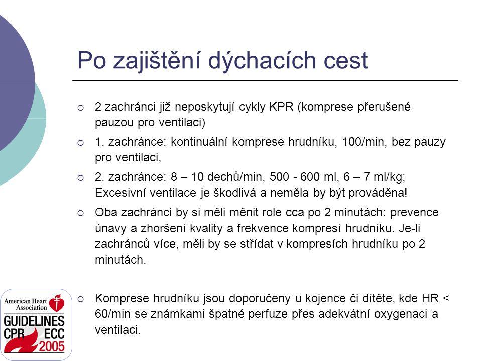 Po zajištění dýchacích cest  2 zachránci již neposkytují cykly KPR (komprese přerušené pauzou pro ventilaci)  1. zachránce: kontinuální komprese hru