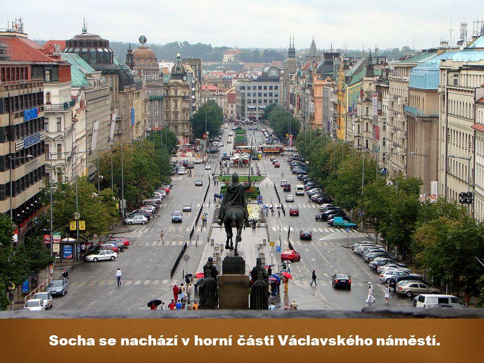 Socha se nachází v horní části Václavského náměstí.