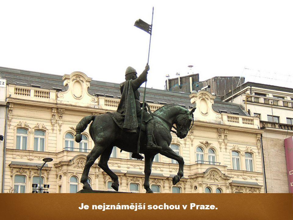 Je nejznámější sochou v Praze.