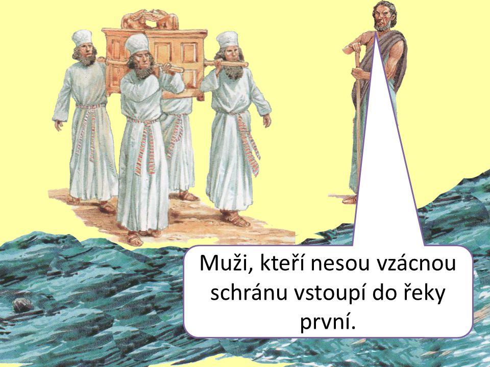 Muži, kteří nesou vzácnou schránu vstoupí do řeky první.