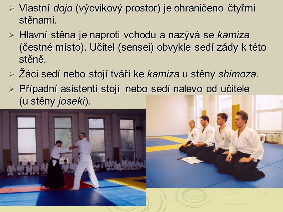  Vlastní dojo (výcvikový prostor) je ohraničeno čtyřmi stěnami.  Hlavní stěna je naproti vchodu a nazývá se kamiza (čestné místo). Učitel (sensei) o