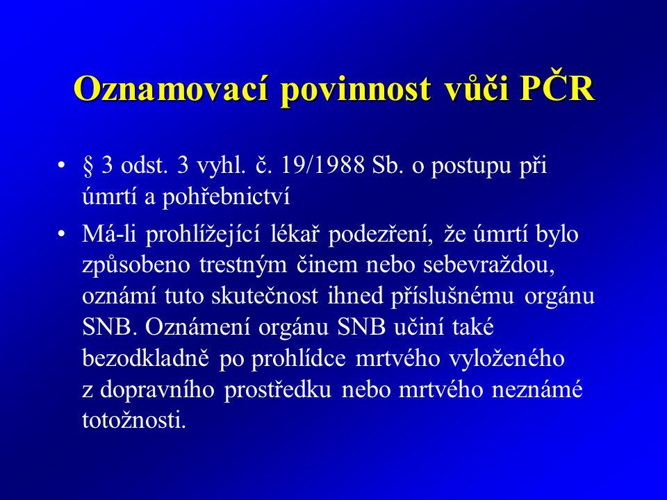 Oznamovací povinnost vůči PČR § 3 odst. 3 vyhl. č. 19/1988 Sb. o postupu při úmrtí a pohřebnictví Má-li prohlížející lékař podezření, že úmrtí bylo zp
