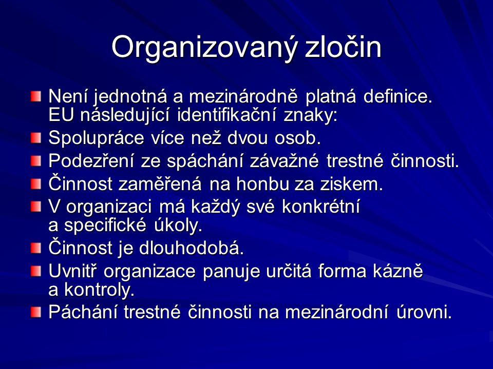 Organizovaný zločin Není jednotná a mezinárodně platná definice. EU následující identifikační znaky: Spolupráce více než dvou osob. Podezření ze spách