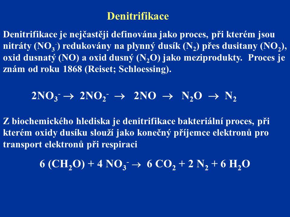 Denitrifikace je nejčastěji definována jako proces, při kterém jsou nitráty (NO 3 - ) redukovány na plynný dusík (N 2 ) přes dusitany (NO 2 ), oxid dusnatý (NO) a oxid dusný (N 2 O) jako meziprodukty.