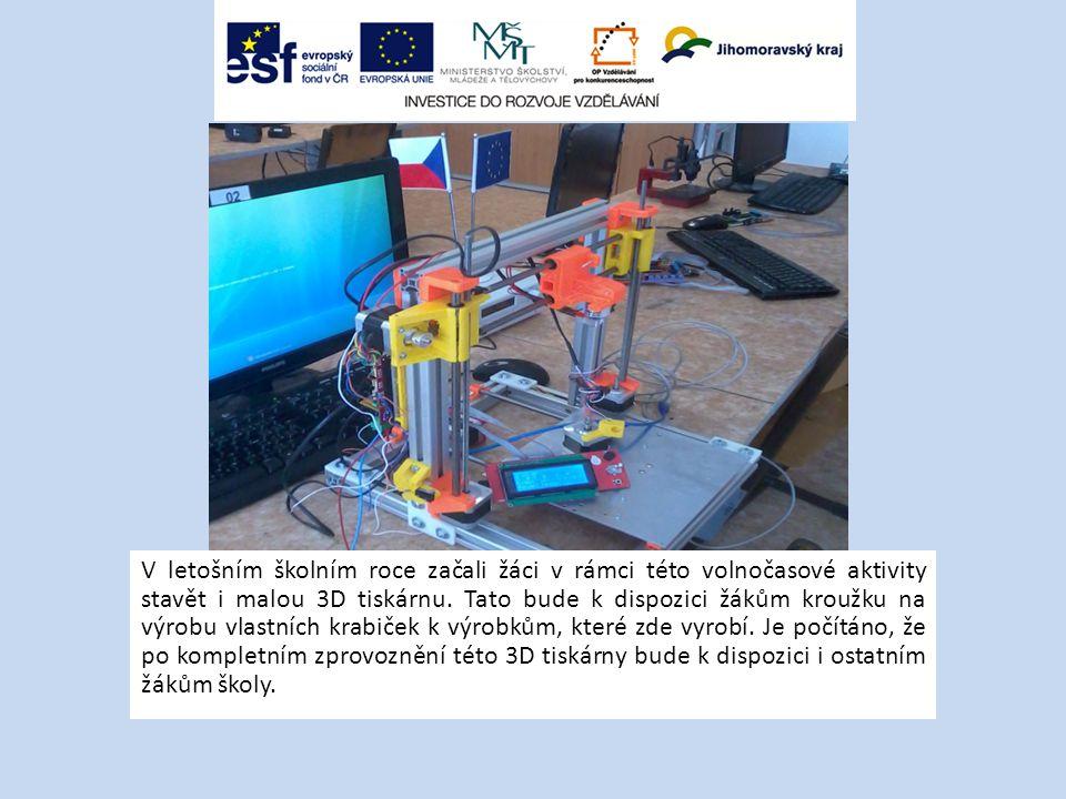 V letošním školním roce začali žáci v rámci této volnočasové aktivity stavět i malou 3D tiskárnu.