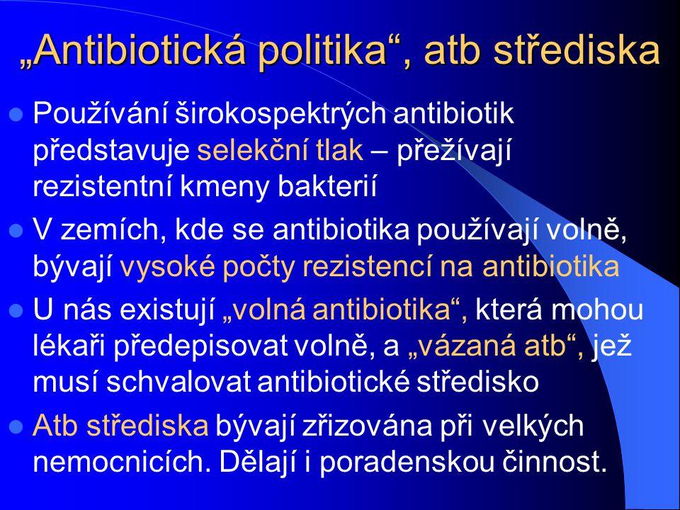 """""""Antibiotická politika"""", atb střediska Používání širokospektrých antibiotik představuje selekční tlak – přežívají rezistentní kmeny bakterií V zemích,"""