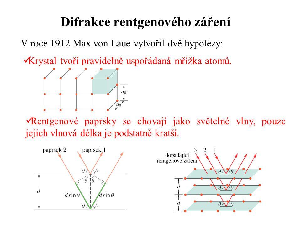 Difrakce rentgenového záření V roce 1912 Max von Laue vytvořil dvě hypotézy: Rentgenové paprsky se chovají jako světelné vlny, pouze jejich vlnová dél