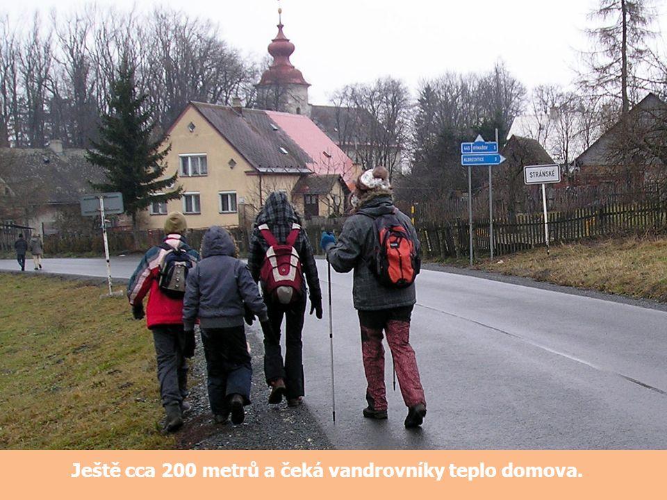 Ještě cca 200 metrů a čeká vandrovníky teplo domova.