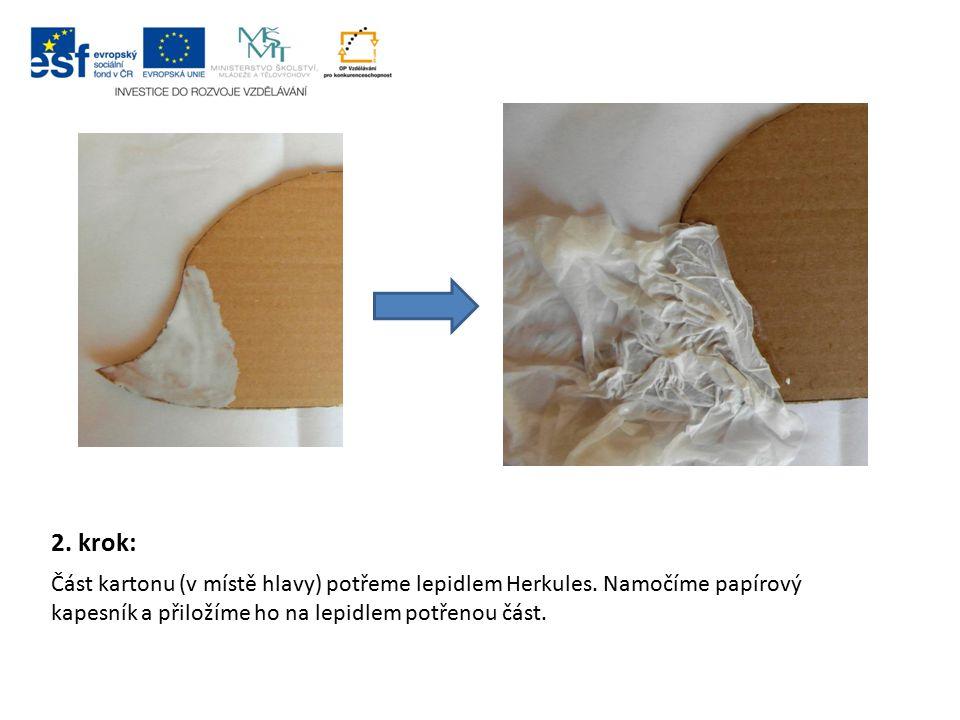 2. krok: Část kartonu (v místě hlavy) potřeme lepidlem Herkules. Namočíme papírový kapesník a přiložíme ho na lepidlem potřenou část.