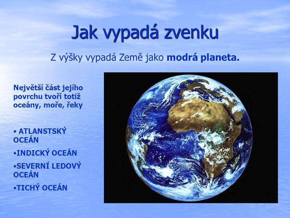 Jak vypadá zvenku Z výšky vypadá Země jako modrá planeta.