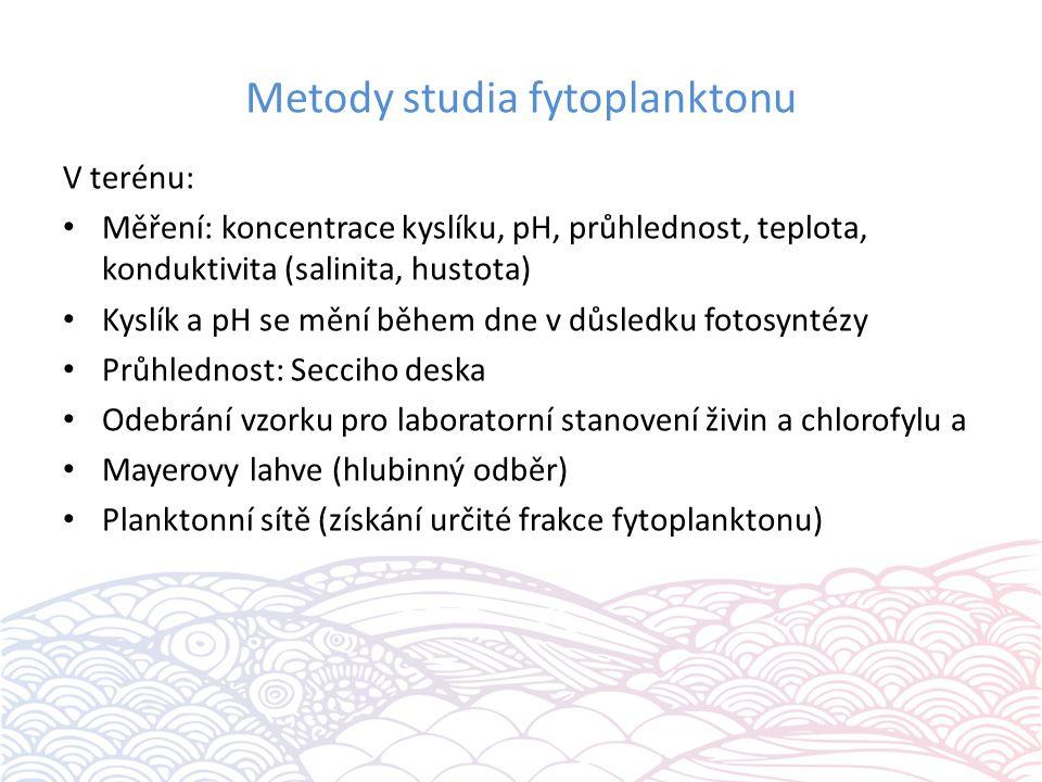 Metody studia fytoplanktonu V terénu: Měření: koncentrace kyslíku, pH, průhlednost, teplota, konduktivita (salinita, hustota) Kyslík a pH se mění během dne v důsledku fotosyntézy Průhlednost: Secciho deska Odebrání vzorku pro laboratorní stanovení živin a chlorofylu a Mayerovy lahve (hlubinný odběr) Planktonní sítě (získání určité frakce fytoplanktonu)