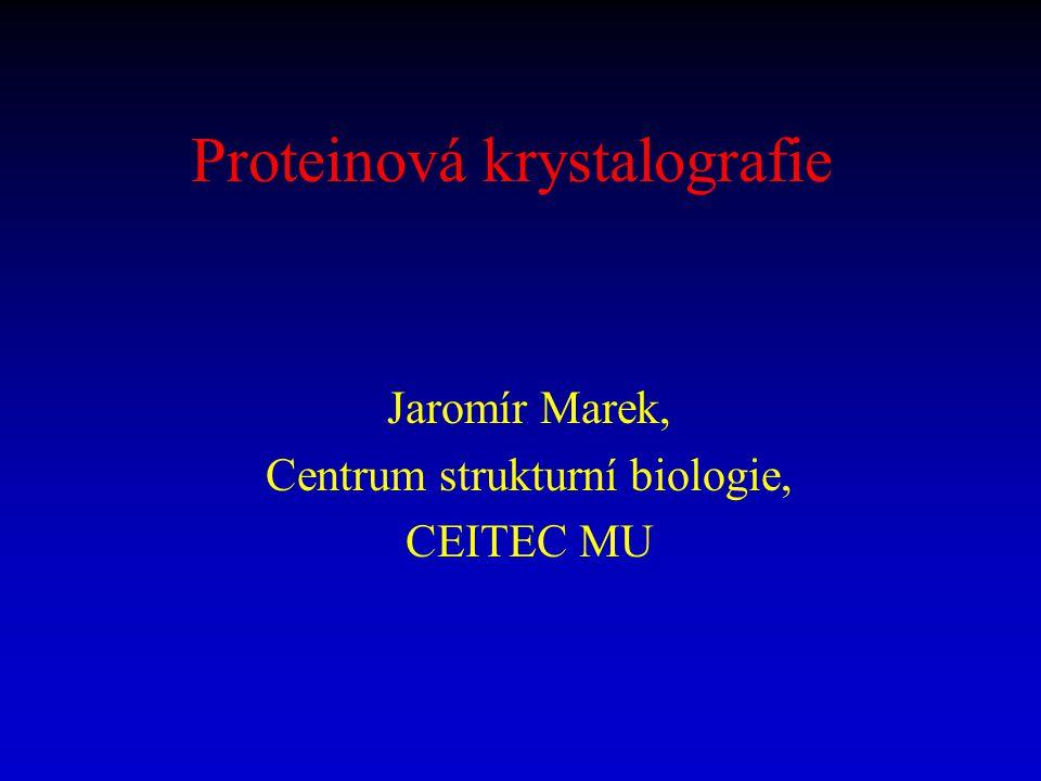 """Fázový problém a deriváty proteinů V proteinových krystalech existují makroskopicky dlouhé """"kanály rozpouštědla (krystalograficky neuspořádané vody) umožňující difúzi cizích """"malých molekul do celého objemu krystalu Terciální struktury globulárních proteinů mohou být až natolik stabilní, že je chemická interakce proteinů s """"malými molekulami """"příliš neovlivní Dobrá """"derivující molekula – silný vliv na strukturní amplitudu (""""těžké atomy, kovy), malý vliv na 3-D strukturu proteinu (=isomorfní deriváty) Hledání dobrých protein."""