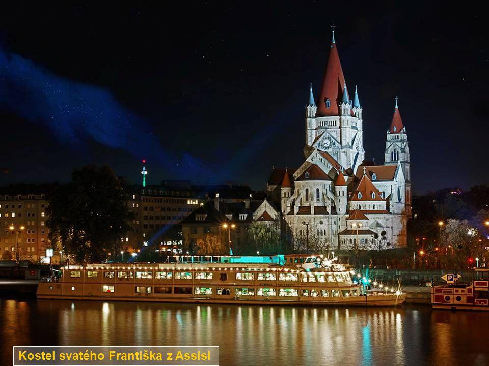 Dunajský kanál a obytný dům Hochhaus Neue Donau