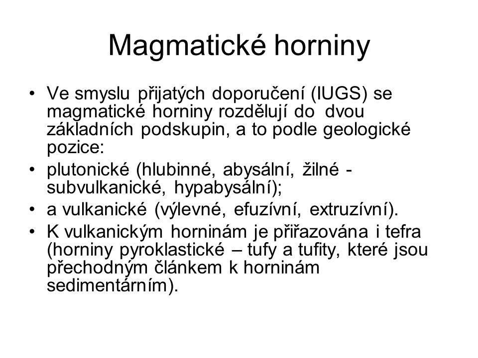 Magmatické horniny Ve smyslu přijatých doporučení (IUGS) se magmatické horniny rozdělují do dvou základních podskupin, a to podle geologické pozice: p