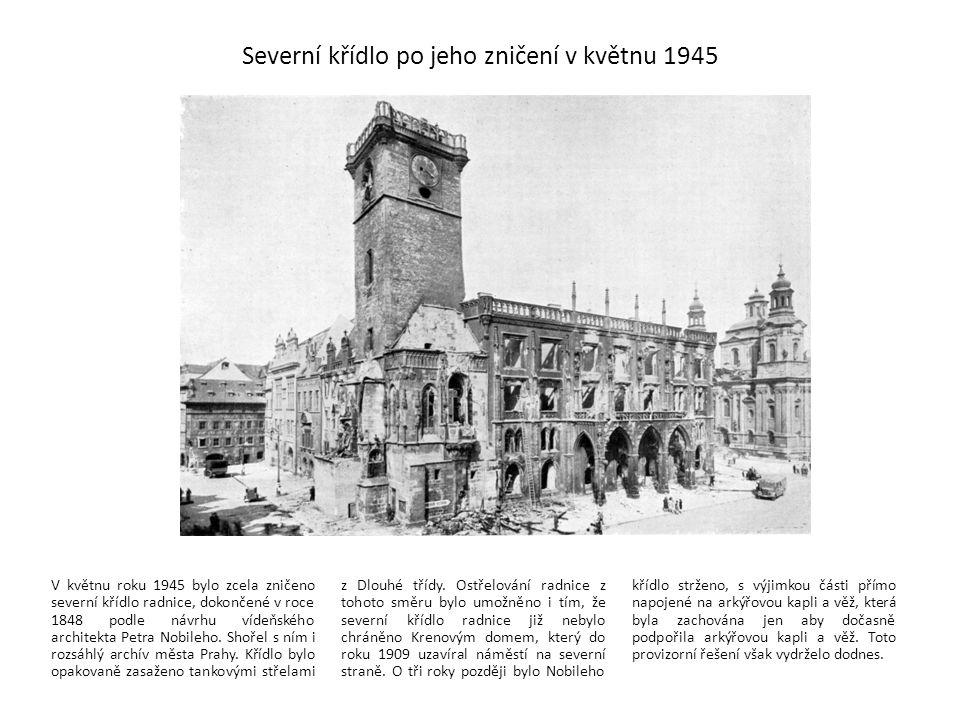 Severní křídlo po jeho zničení v květnu 1945 V květnu roku 1945 bylo zcela zničeno severní křídlo radnice, dokončené v roce 1848 podle návrhu vídeňské