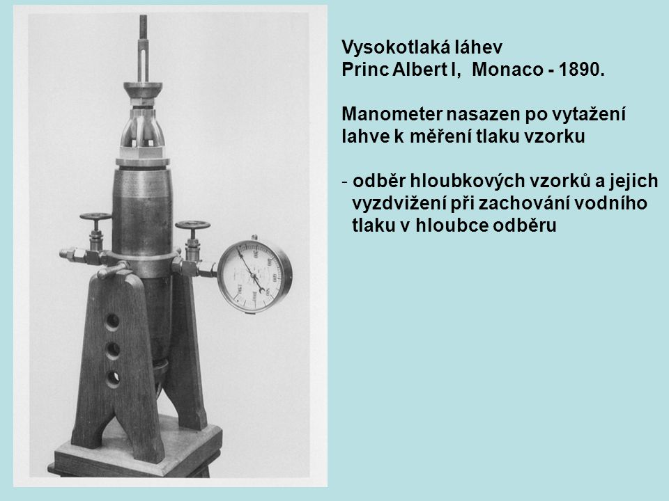 Vysokotlaká láhev Princ Albert I, Monaco - 1890. Manometer nasazen po vytažení lahve k měření tlaku vzorku - odběr hloubkových vzorků a jejich vyzdviž