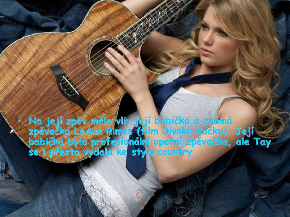 Později začala vystupovat na různých akcích v jejím rodném městě, zpívala v karaoke soutěžích, festivalech a také začala psát svoje první písně.