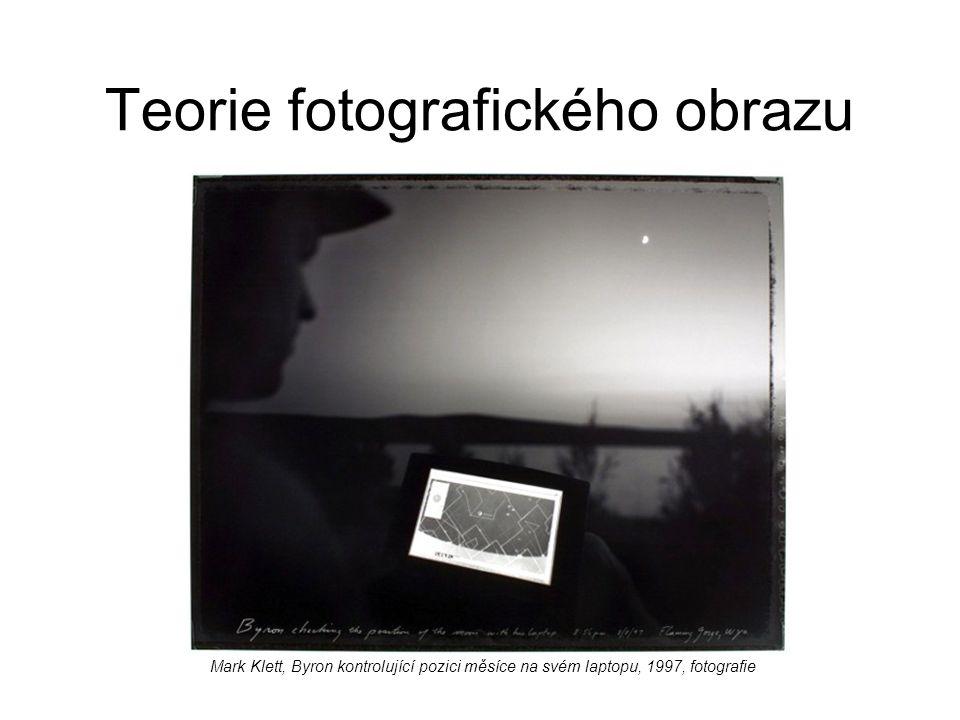 Teorie fotografického obrazu Mark Klett, Byron kontrolující pozici měsíce na svém laptopu, 1997, fotografie