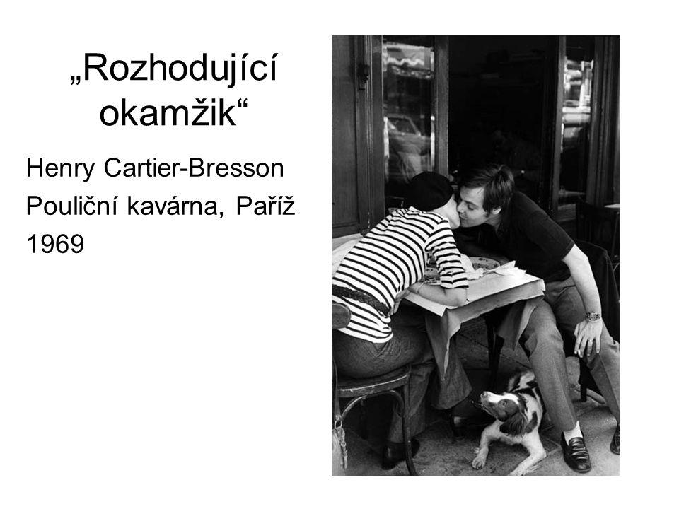 """""""Rozhodující okamžik"""" Henry Cartier-Bresson Pouliční kavárna, Paříž 1969"""