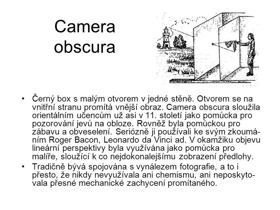 Camera obscura Černý box s malým otvorem v jedné stěně. Otvorem se na vnitřní stranu promítá vnější obraz. Camera obscura sloužila orientálním učencům
