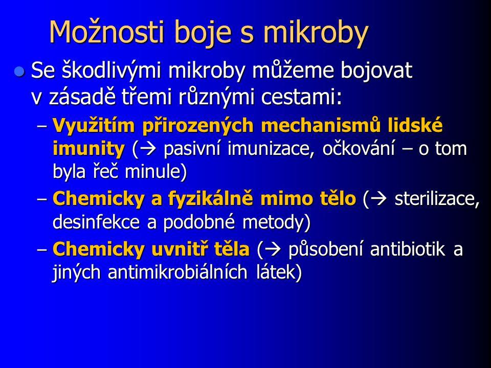 Metody zjišťování citlivosti in vitro Zjišťování citlivosti in vitro = v laboratoři Zjišťování citlivosti in vitro = v laboratoři Nezaručí stoprocentní účinnost léčby Nezaručí stoprocentní účinnost léčby Přesto vhodné u většiny nálezů kultivovatelných patogenních bakterií Přesto vhodné u většiny nálezů kultivovatelných patogenních bakterií V běžných případech kvalitativní testy (citlivý - rezistentní).