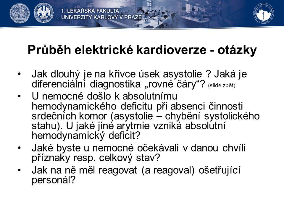 """Průběh elektrické kardioverze - otázky Jak dlouhý je na křivce úsek asystolie ? Jaká je diferenciální diagnostika """"rovné čáry""""? (slide zpět) U nemocné"""