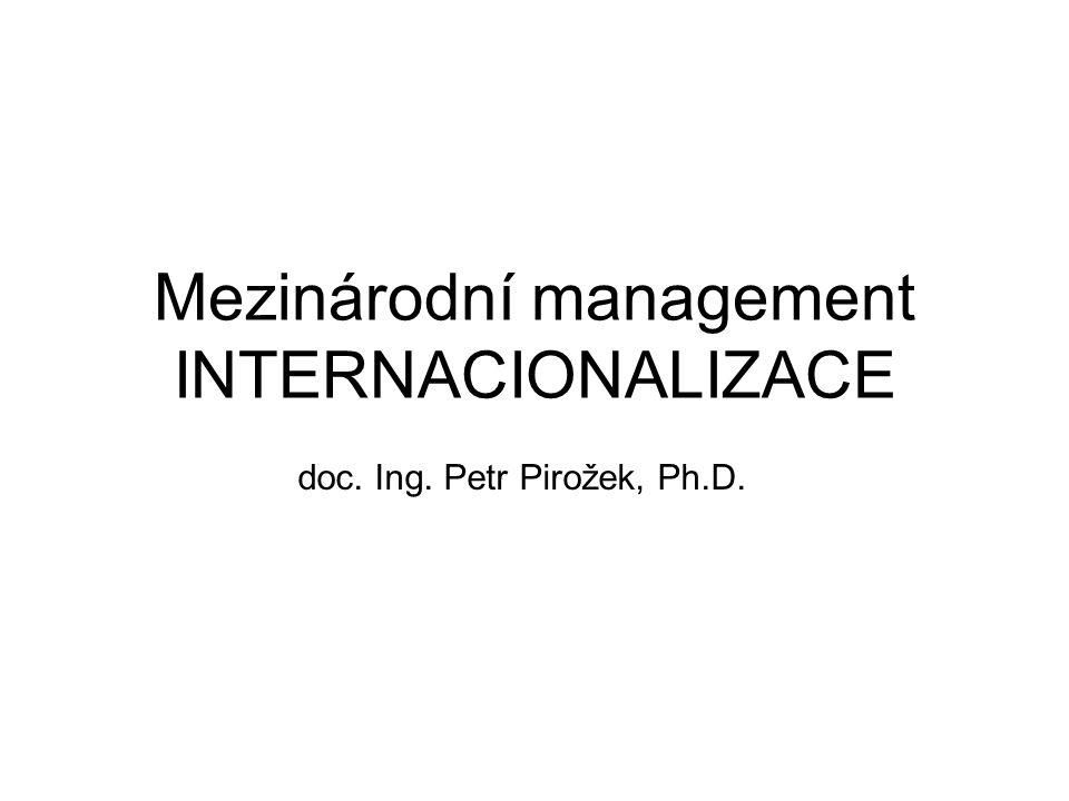 Mezinárodní management vymezení MNc multinational corporations Poskytuje a zabezpečuje své produkty prostřednictvím zahraničních poboček v několika zemích, kontroluje podnikatelské politiky těchto poboček a řídí je z globální perspektivy (Štrach 2007) Aktivní řízení podstatných přímých zahraničních investic ze strany firem, které mají dlouhodobý závazek s mezinárodní působností (Gooderham 2009)