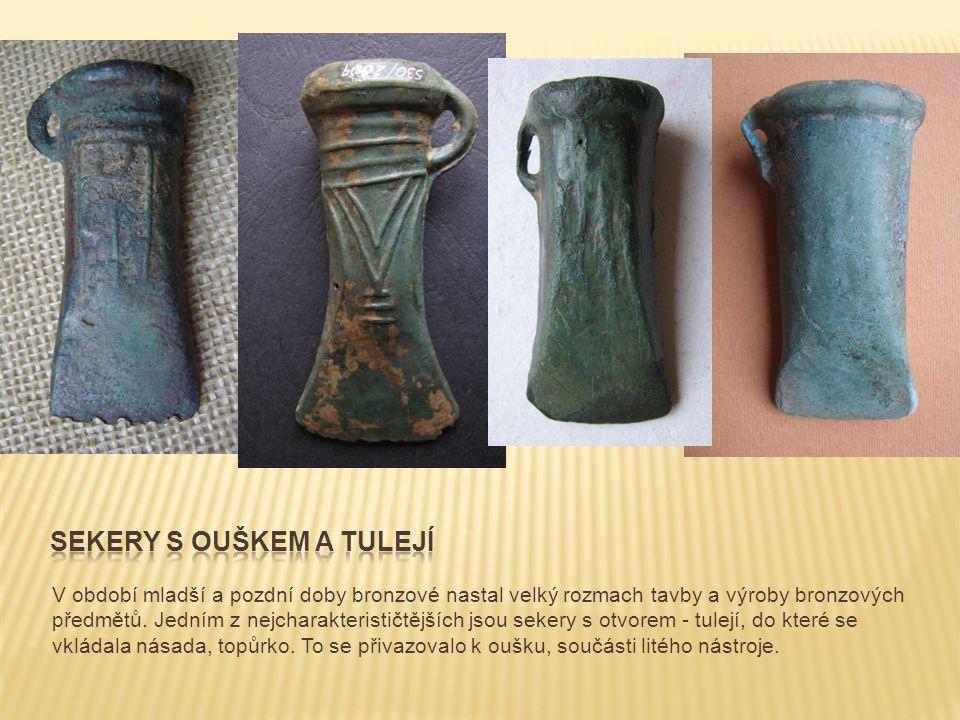 V období mladší a pozdní doby bronzové nastal velký rozmach tavby a výroby bronzových předmětů. Jedním z nejcharakterističtějších jsou sekery s otvore