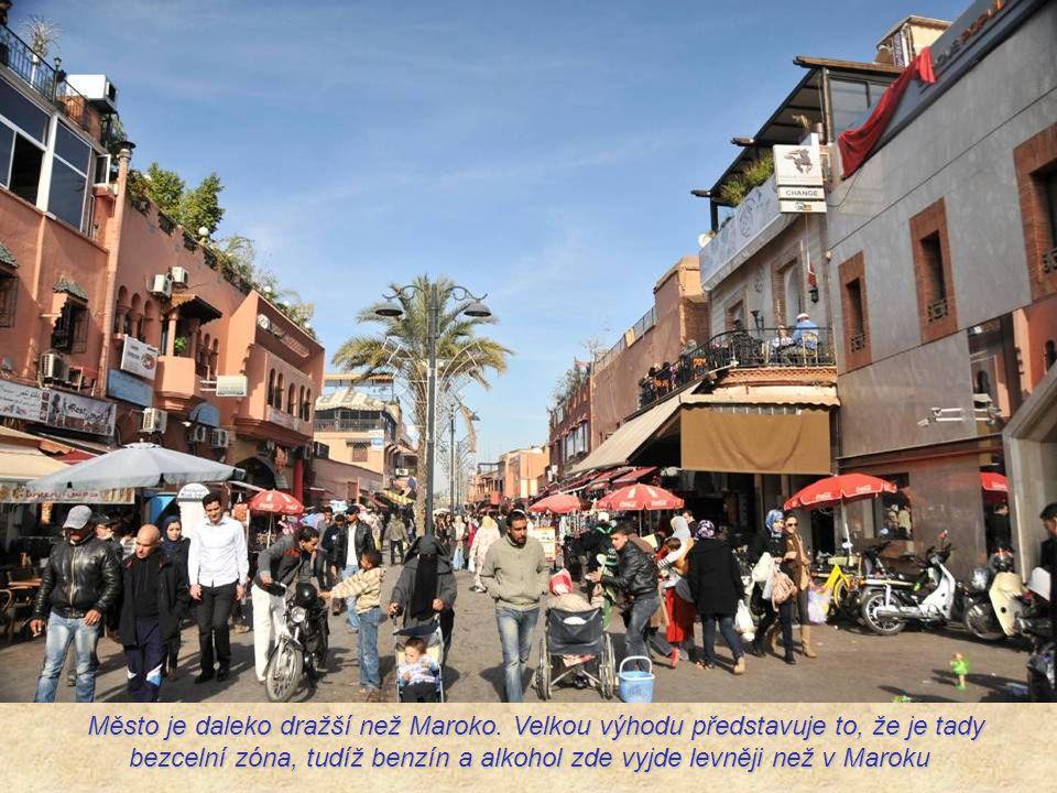 Platí se tu eurem a neplatí zde marocký čas, který má o hodinu méně v zimě a o dvě hodiny méně v létě