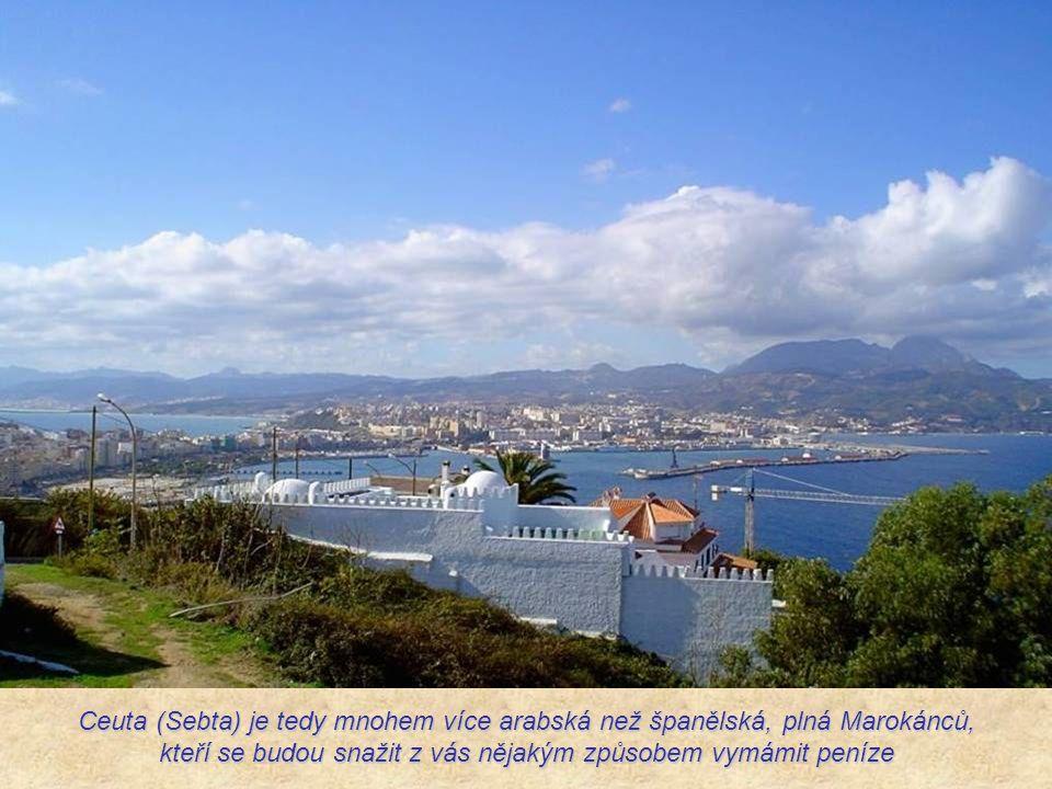 Většina obyvatel je tvořena španělskými muslimy, Maročany berberského původu, ale také uprchlíky.