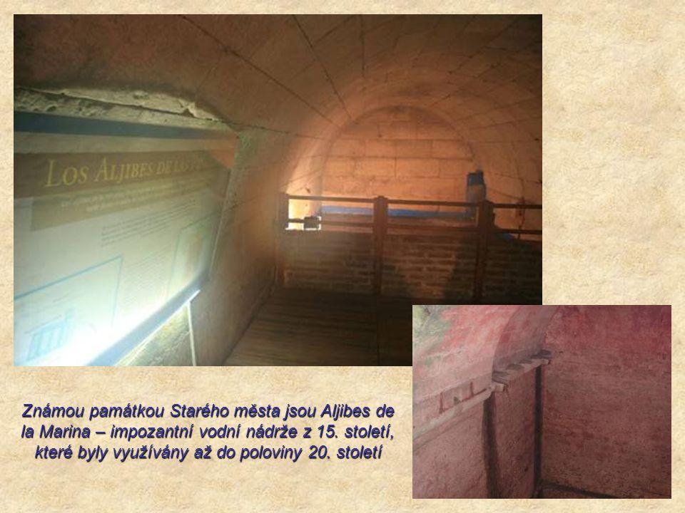 Známou památkou Starého města jsou Aljibes de la Marina – impozantní vodní nádrže z 15.