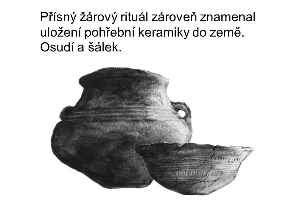 Přísný žárový rituál zároveň znamenal uložení pohřební keramiky do země. Osudí a šálek. Především